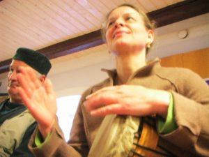Engasjerte-kursdeltagere-tromming-Anne-Katrine-Maguti